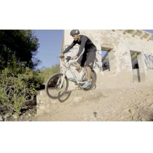 Bici eléctrica de mountain bike Ebici MTB. Saltando